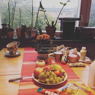 食品のプレートをのせたテーブルの写真・画像素材[1680601]