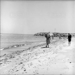 ビーチの上を歩く人々の写真・画像素材[1663943]