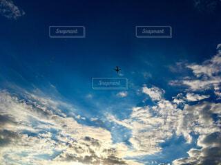 光に導かれ進む飛行機の写真・画像素材[1659982]