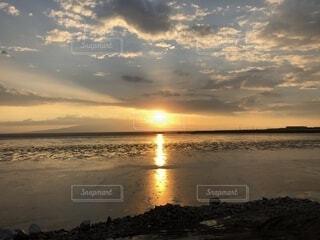 ビーチに沈む夕日の写真・画像素材[1660487]