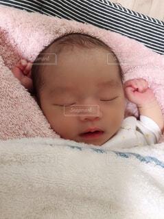赤ちゃんのベッドの上で横になっています。の写真・画像素材[1661003]