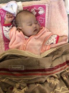 赤ちゃんのベッドの上で横になっています。の写真・画像素材[1662197]