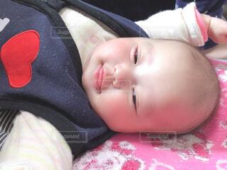赤ちゃんのベッドの上で横になっています。の写真・画像素材[1675236]