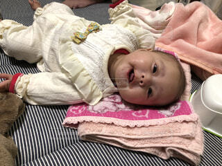 赤ちゃんのベッドの上で横になっています。の写真・画像素材[1680395]