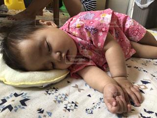 ベッドに横たわる小さな女の子の写真・画像素材[2302339]