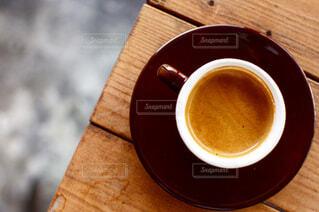 近くの木製のテーブルの上に座ってコーヒー カップの写真・画像素材[1660947]
