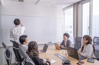 ノート パソコンでテーブルに座っている人々 のグループの写真・画像素材[1823842]
