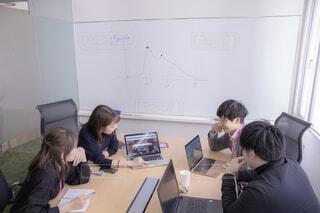 ラップトップ コンピューターの前に座っている人々 のグループの写真・画像素材[1823844]