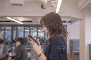 携帯電話で通話中の女性の写真・画像素材[1823847]
