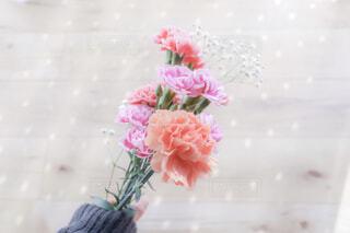 ピンクの花で一杯の花瓶の写真・画像素材[1842343]