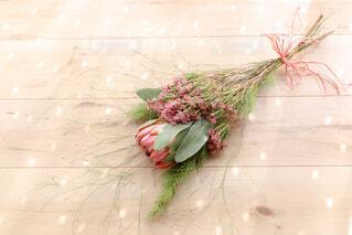 テーブルの上の花の花瓶の写真・画像素材[1842359]
