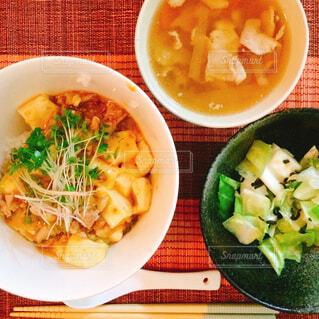 麻婆豆腐丼とサラダとスープの写真・画像素材[1661721]