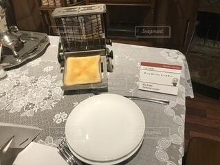 テーブルの上に座っているケーキの写真・画像素材[1662793]