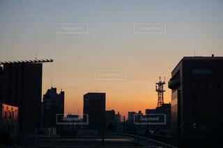 夕暮れ時の都市の景色の写真・画像素材[1664834]