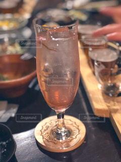 木製のテーブルの上に座っているワインのグラスの写真・画像素材[3060908]