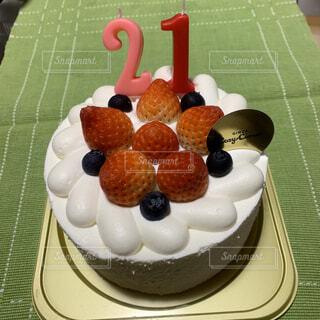 テーブルの上に座っているケーキの写真・画像素材[1675466]