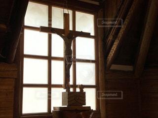 窓と十字架の写真・画像素材[1666155]
