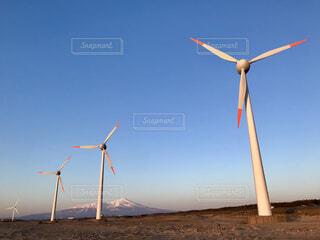 日本海の強風を利用する風力発電。天気が良くてもけっこう風が強い。の写真・画像素材[1882654]