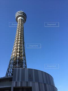 青空に突き抜ける横浜マリンタワー。の写真・画像素材[1737341]