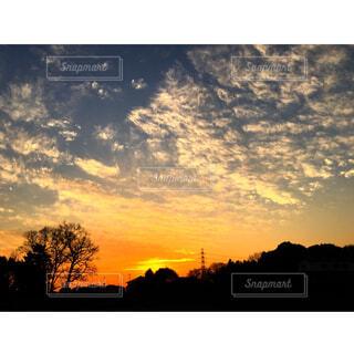 水の体に沈む夕日の写真・画像素材[1667908]