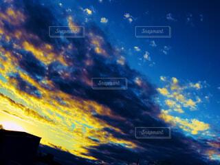 空を飛んでいる人の写真・画像素材[1692500]