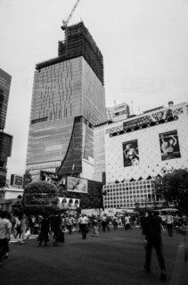 建物の前に立っている人々 のグループの写真・画像素材[1674684]