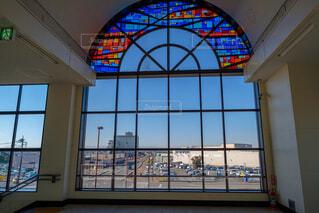 建物の側面にマウントされた大時計の写真・画像素材[1674943]