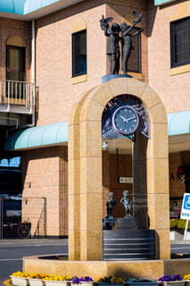 建物の側に時計の写真・画像素材[1674975]