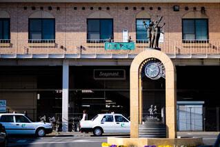 建物の前に停まっている車の写真・画像素材[1674977]