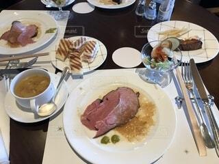 テーブルの上に食べ物のプレートの写真・画像素材[1669903]