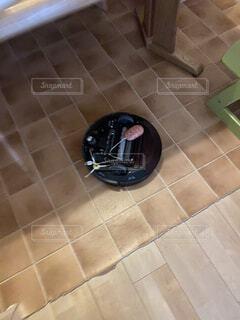 コードを巻き込んで停止してお掃除ロボットの写真・画像素材[2947597]