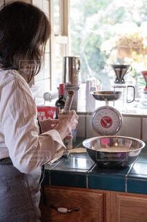 キッチンに立つ人の写真・画像素材[1669881]