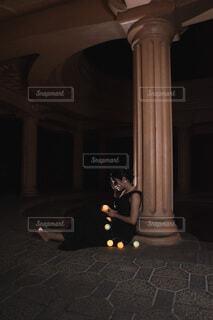 暗い部屋にいる人の写真・画像素材[3945549]