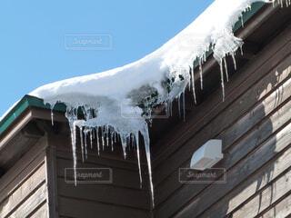 屋根の氷柱の写真・画像素材[1739591]