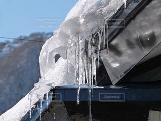 屋根の氷柱の写真・画像素材[1739603]