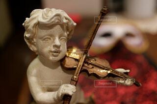 バイオリン弾きの男の子の写真・画像素材[2388133]