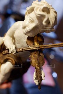 バイオリン弾きの男の子の写真・画像素材[2390886]