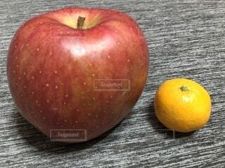 りんごとみかんの写真・画像素材[2738390]