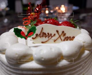皿の上に飾られたケーキのクローズアップの写真・画像素材[3212189]