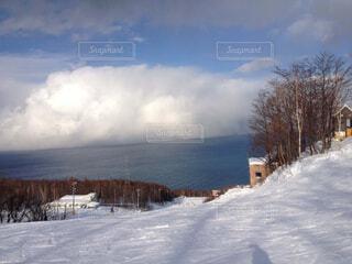 雪に覆われた斜面をスキーに乗る男の写真・画像素材[1704804]