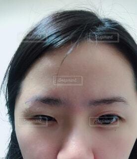 近くにカメラに微笑んで少女のアップの写真・画像素材[1735789]