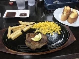 テーブルの上に食べ物のプレートの写真・画像素材[1810857]
