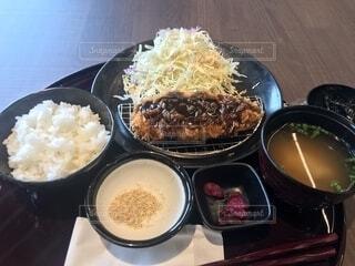 米肉と野菜一杯の食べ物の皿の写真・画像素材[1885632]