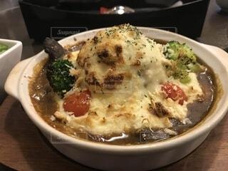 皿の上の食べ物のボウルの写真・画像素材[2233456]