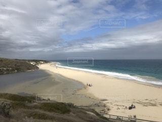 水域の隣の砂浜の写真・画像素材[2312275]
