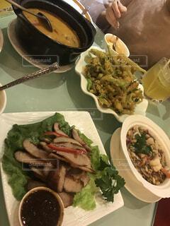 テーブルの上の食べ物の皿の写真・画像素材[2321839]