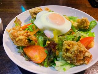 テーブルの上の食べ物の皿の写真・画像素材[2724211]