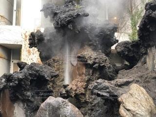 熱海、間歇泉が吹き出す瞬間の写真・画像素材[1687747]