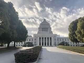 暗雲立ち込める国会議事堂の写真・画像素材[1694958]