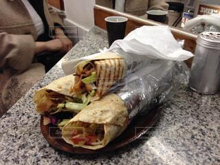 テーブルの上に座ってサンドイッチの写真・画像素材[1671321]